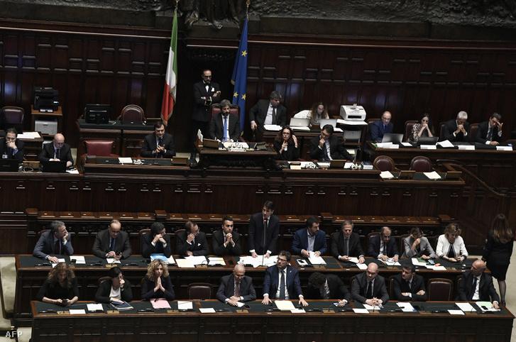Giuseppe Conte miniszterelnök beszél az alsóházban 2018. június 6-án