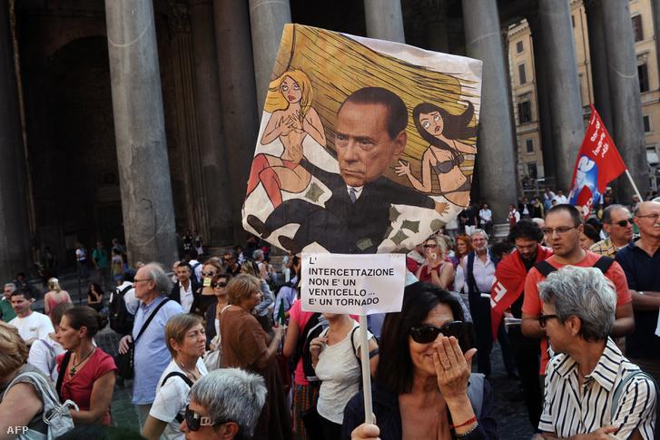 Berluconi ellen tüntettek a római Pantheon előtt 2011. szeptember 29-én