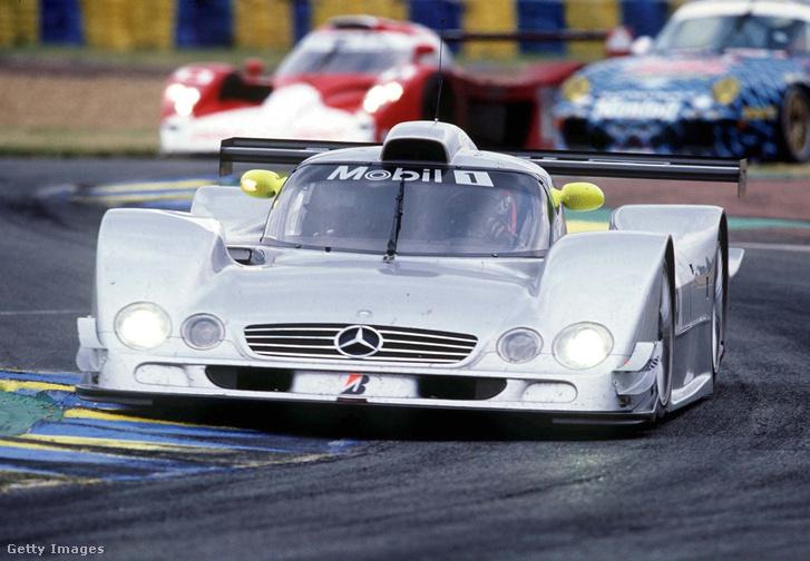 A Mercedes CLR LMGTP az 1999-es Le Mans-i 24 órás versenyen. A másik Mercedesszel Peter Dumbreck hatalmas balesetet szenvedett később, a pályáról is kirepült.