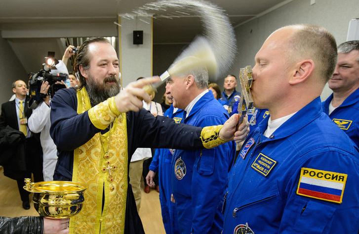 A kilövés előtt rituálék egyike: Ortodox pópa megáldja a legénységet (ebben is részt vesz mindenki, nem csak az oroszok)