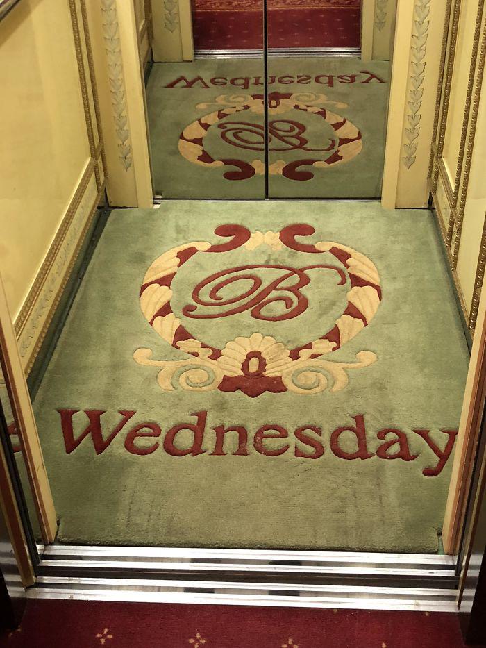 Azt sem tudod, milyen nap van? Nem probléma! A liftszőnyeg megmondja!