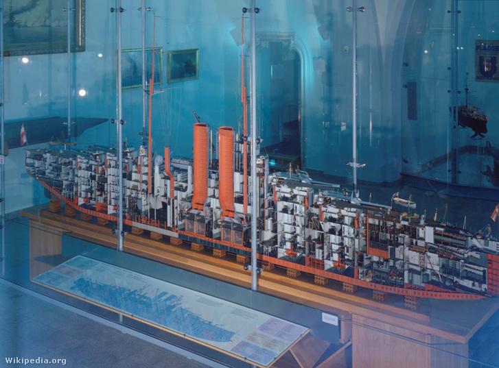A Szent István testvérhajója, a Viribus Unitis makettje. Megfigyelhető a hajó belső szerkezete, a kazánok és a gépterem is, ahová a torpedók csapódtak be.