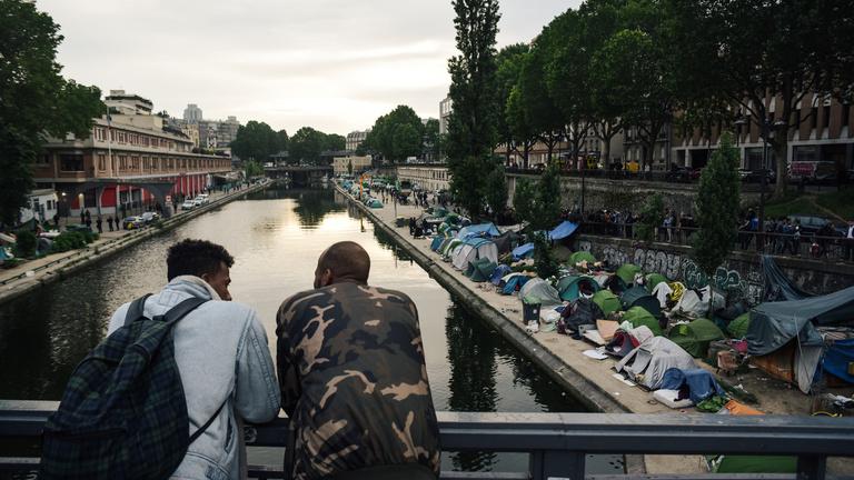 Egy szomáliai holttest és egy részeg afgán halála kellett, hogy felszámolják a párizsi migránstáborokat