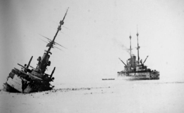 A süllyedő Szent István, háttérben az ellentétes irányba haladó Tegethoff