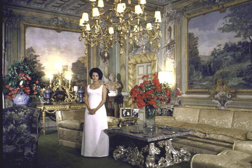 Sophia Loren és férje, Carlo Ponti ötven évig voltak házasok, fényűző otthonukban két gyermeket neveltek fel.