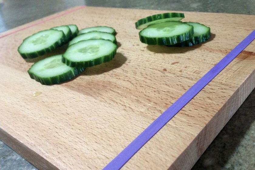 Megakadályozhatod, hogy a vágódeszka csúszkáljon a konyhapulton, ha befőttes gumit húzol a két végére.