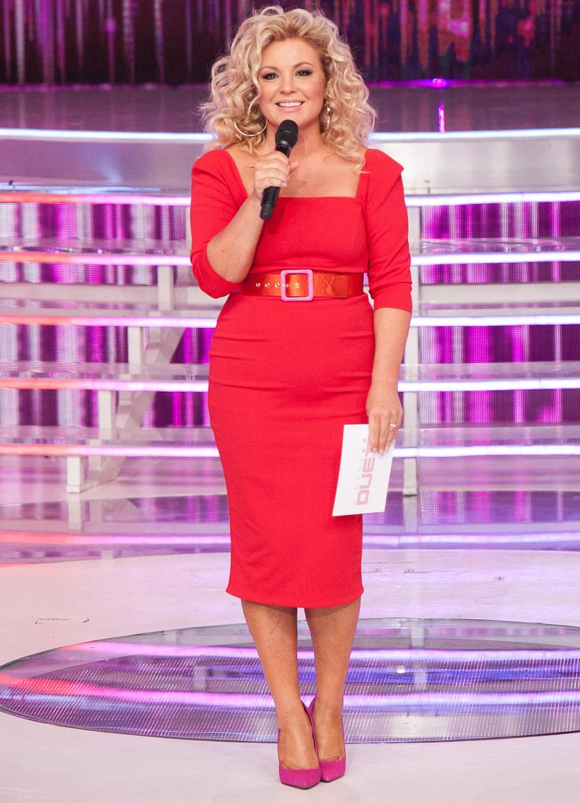 Piros, testhez álló ruha pink cipővel és hullámos haj - rég láttuk ilyen szexinek.