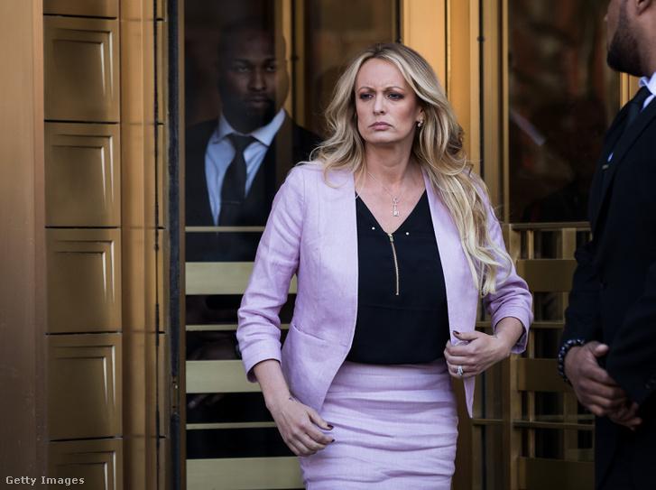 A Stormy Daniels néven ismert pornós jön ki a New York-i kerületi bíróságról 2018. április 16-án (egy héttel azután, hogy Cohen irodájában adathordozókat foglalt le az FBI)