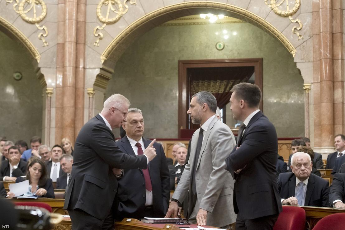 Orbán Viktor miniszterelnök, a Fidesz elnöke, az országgyűlési választásokon győztes Fidesz-KDNP pártszövetség miniszterelnök-jelöltje (b2), Trócsányi László igazságügyi miniszter (b), Lázár János, a Fidesz országgyűlési képviselője (j2) és Rogán Antal, a Miniszterelnöki Kabinetirodát vezető miniszter (j) az Országgyűlés alakuló ülésén az Országházban 2018. május 8-án.