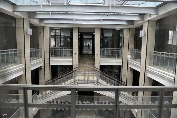 A Párisi Nagyáruház egyik szintje. Az egykori Divatcsarnok épülete öt emeleten kínál prémium loft-jellegû irodákat.
