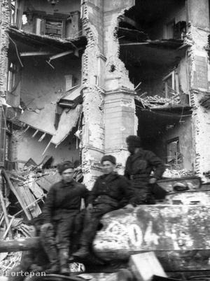 Szovjet katonák a lakhatatlanná vált Krisztina körút 27. sz. előtt