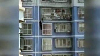Öt emeletet mászott meg egy kínai férfi, hogy megmentsen egy gyermeket