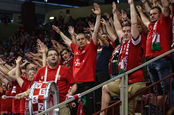 Veszprémi szurkolók a férfi kézilabda NB I döntőjének első mérkőzésén játszott Telekom Veszprém - MOL-Pick Szeged találkozón a Veszprém Arénában 2017. május 20-án. A címvédő Veszprém 23-17-re győzött.