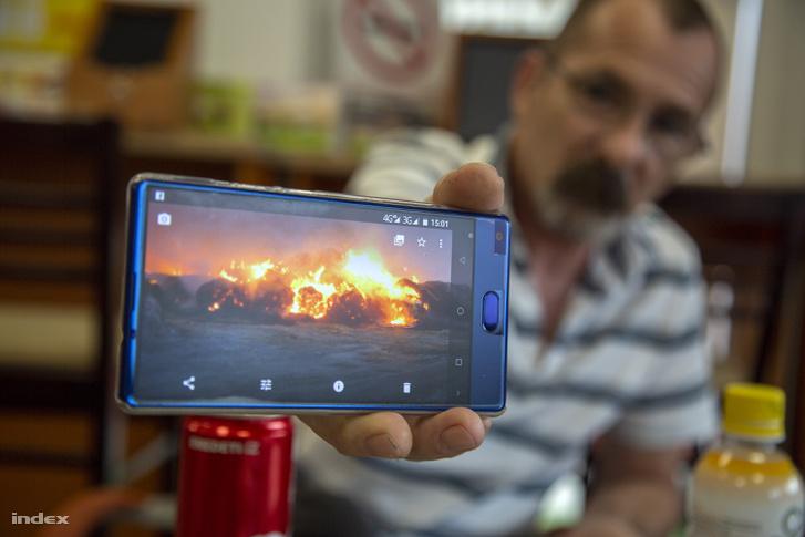 Bíró József mutatja a szerdai tűznél készített fotóit.