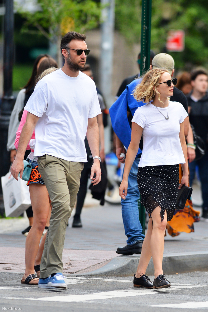 Igen, a mellette/vele sétáló férfivel jár.