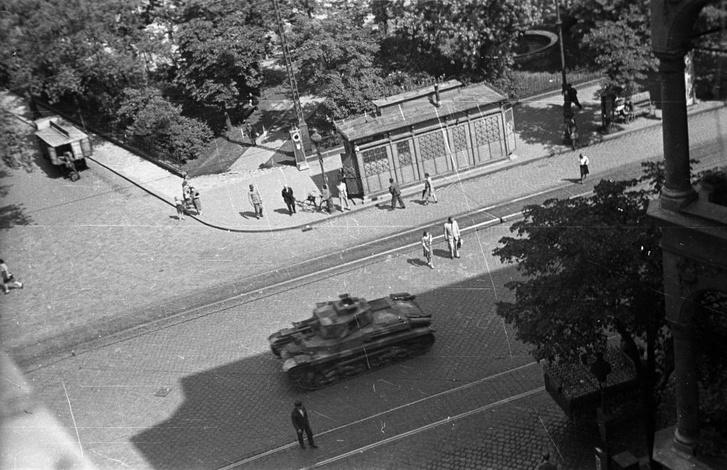 Egy Beetz-féle vasvázas illemhely a Nagykörúton, 1944-ben