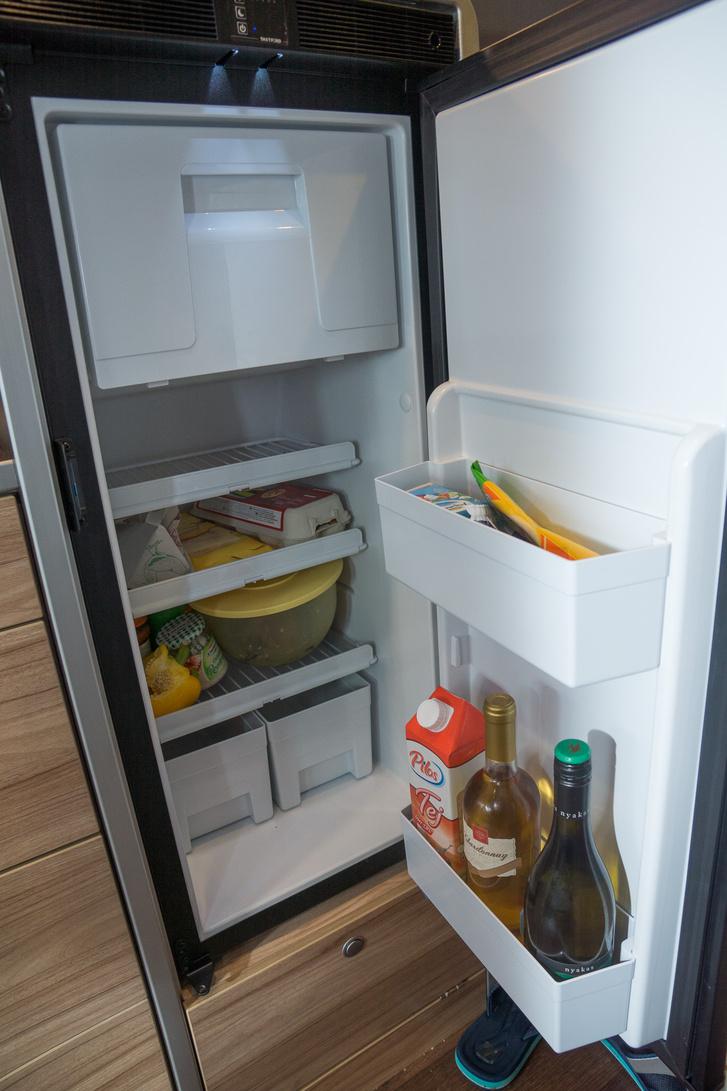 Egész rendes méretű hűtő került be. És meglepő módon csak 12 volttal működik, kompresszoros, nem abszorpciós.