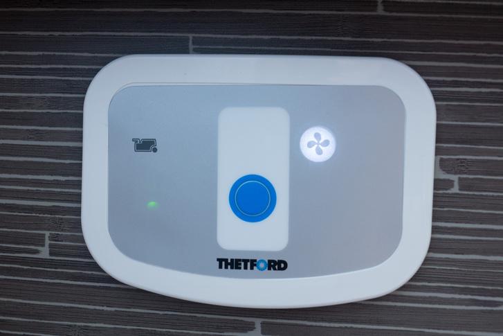A wc kapcsolótáblája. Telítettségi szintjelző, a kék gombbal bekapcsoljuk a táblát, illetve lehúzzuk a wc-t, a jobb oldalival az elszívót kapcsolhatjuk