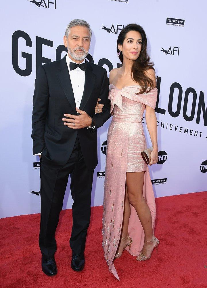 Amal Clooney gyönyörű volt ebben a nőies Prada-ruhában.