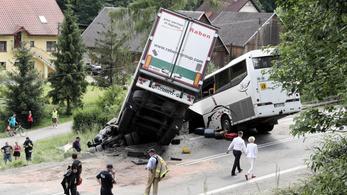 Iskolásokat szállító busz szenvedett súlyos balesetet Lengyelországban