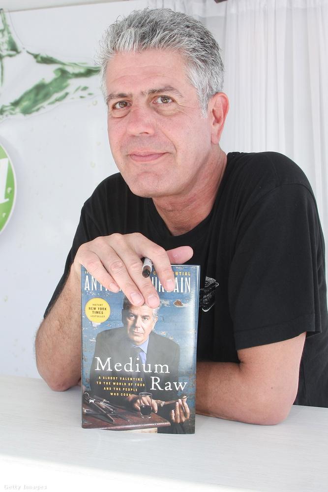 """Első cikkét 1999-ben írta a New Yorkerbe, első könyve """"A konyhafőnök vallomásai"""" 2000-ben jelent meg, és bestseller lett belőle"""