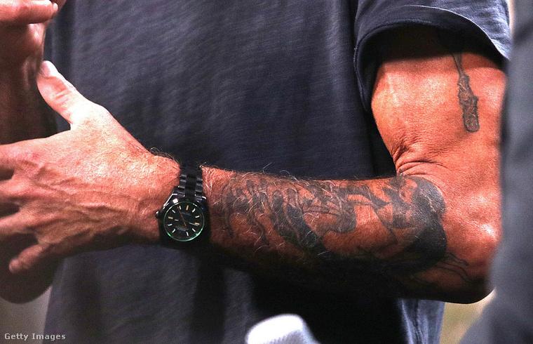 Ha már rocksztárság és rosszfiúság: naná, hogy tele volt tetoválással