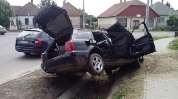 5 millió forintnyi ukrán csempészcigivel borult az árokba egy Audi