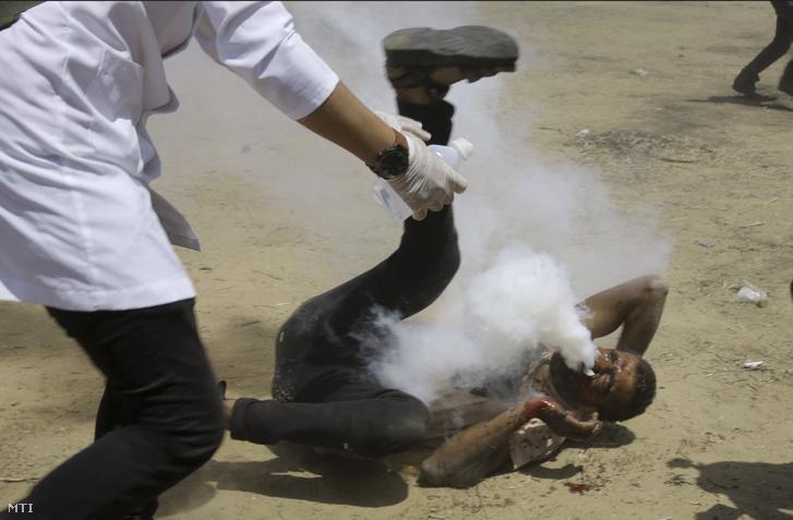 Orvos érkezik a füstgránáttal szájba lőtt férfihoz