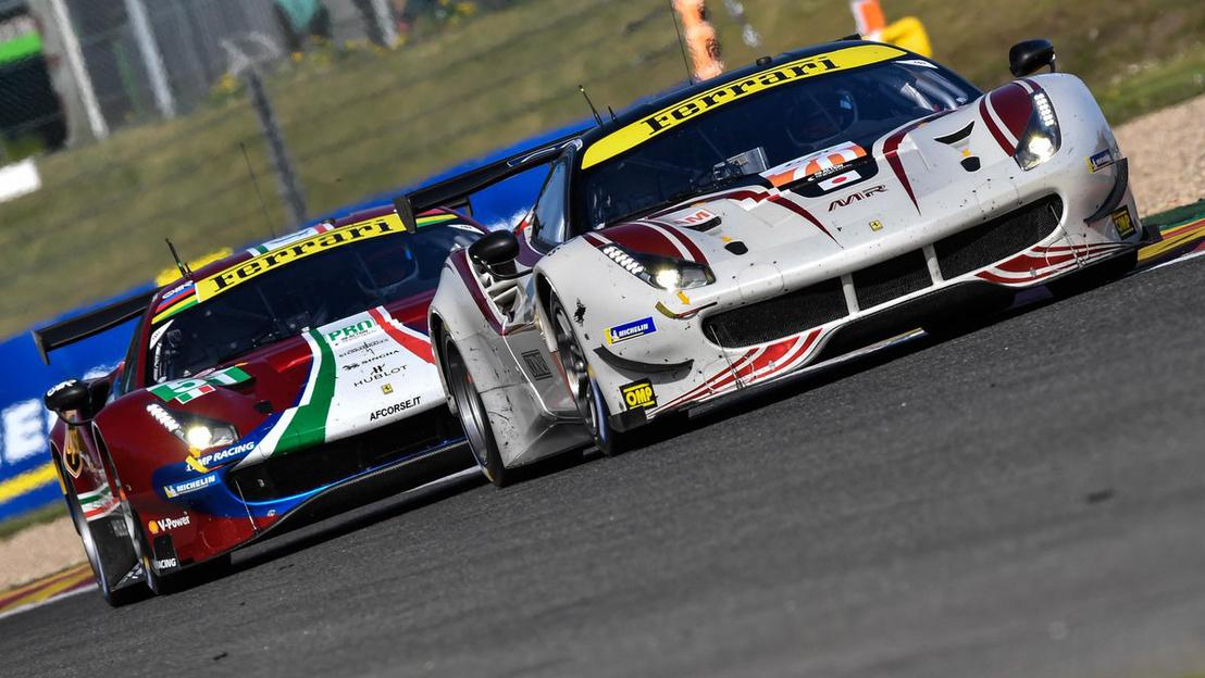 GTE Prós Ferrari egy Am-es ellen a Spa-i 6 óráson. Hátul egy Prós AF Corse 488, elöl az Olivier Beretta-féle amatőr mezőnyös Ferrari