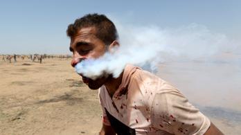 Felkavaró fotók járják be a világsajtót a füstölő palesztin tüntetőről