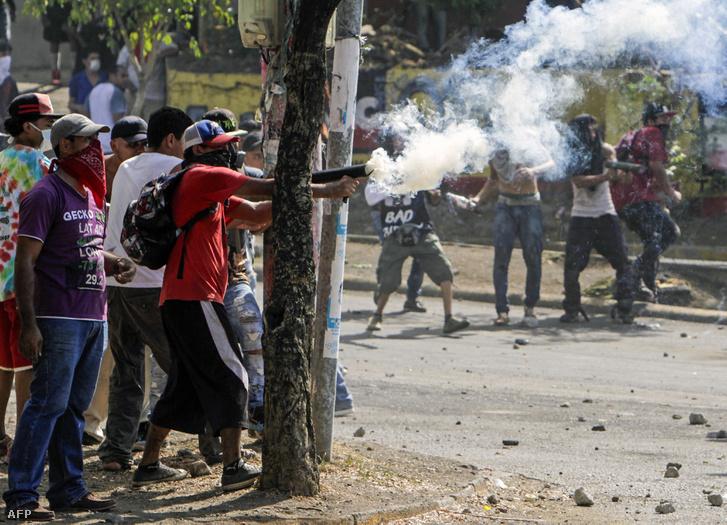 A Műszaki Egyetem közelében tüntető diákok összecsapása a rendőrökkel
