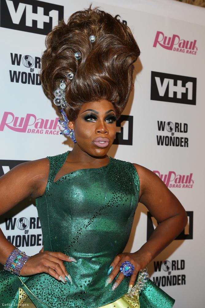 Monet X Change mindig azt a kritikát kapta, hogy miért visel folyton lelapított, rövid hajat