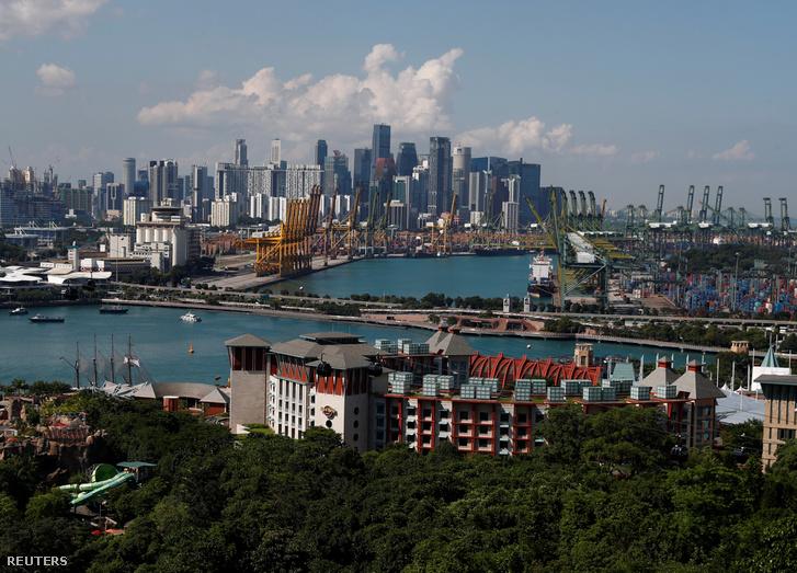 Sentosa szigete, a háttérben pedig Szingapúr üzleti központjának felhőkarcolói