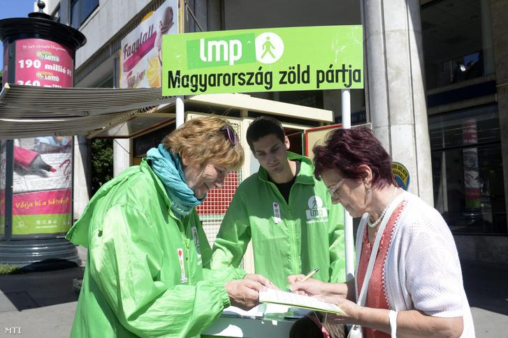 Dárdai Zsuzsa, az LMP II. kerületi polgármester jelöltje és Ungár Péter, az LMP II. kerületi önkormányzati képviselőjelöltje a párt aláírásgyűjtő kitelepülésén Budapesten a Keleti Károly utca és Margit körút sarkán 2014. augusztus 25-én