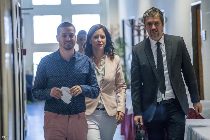 Szél Bernadett, a Lehet Más a Politika társelnöke, Ungár Péter és Hadházy Ákos, az LMP megválasztott országgyűlési képviselői érkeznek a sajtótájékoztatóra miután pártjuk kezdeményezésére tárgyalóasztalhoz ültek a Jobbik az MSZP az LMP a DK és a Párbeszéd politikusai 2018. április 23-án.