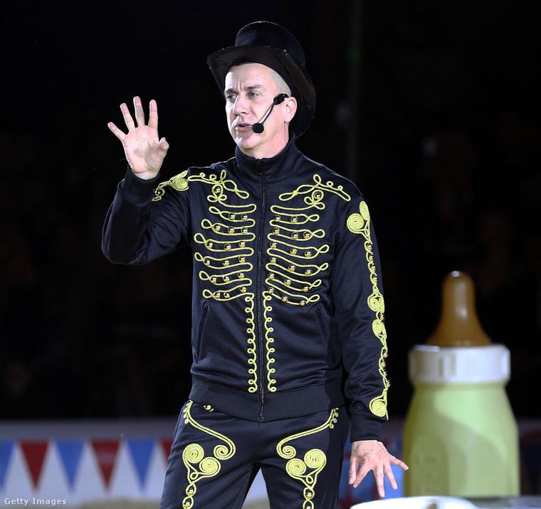 Ő nem Neil Tennant, a Pet Shop Boys frontembere, hanem Jeremy Scott, a Moschino vezető tervezője.