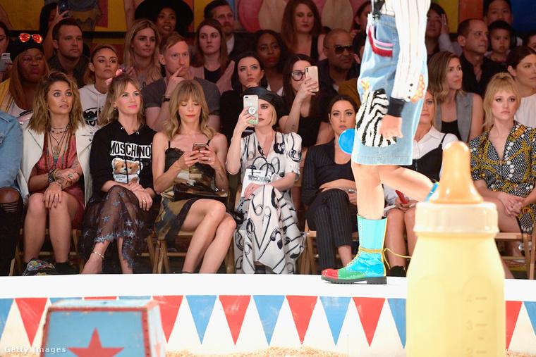 És ha már a híres vendégek kényelmesen elhelyezkedtek a székeiken, nézzünk bele magába a divatbemutatóba is végre.