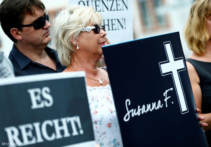 A bevándorlásellenes párt szombaton tüntetést tartott Mainz-ban a meggyilkolt lány emlékére