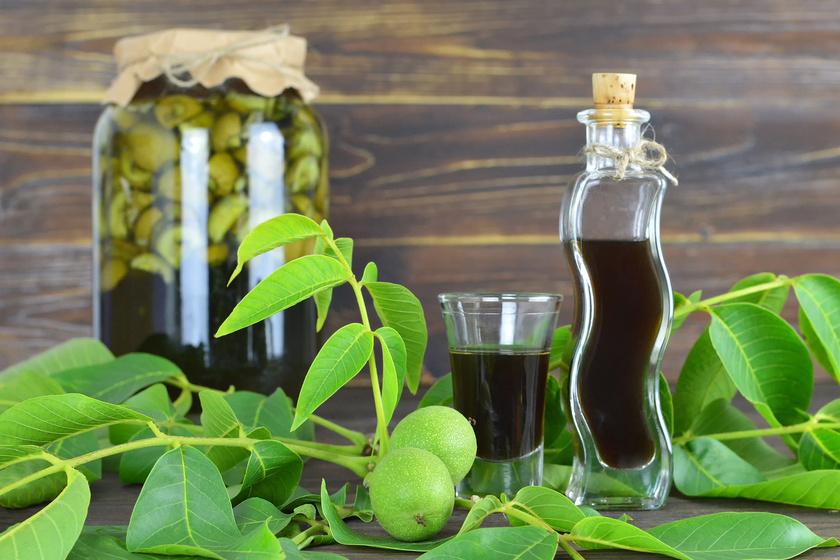 Nagyon finom, és most kell elkészíteni: a zölddió-likőr családi receptje