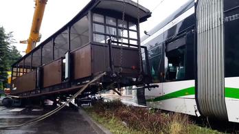 Villamosnak ütközött a kisvasút két elszabadult vagonja Miskolcon