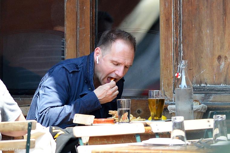 Igen, Ralph Fiennes kenyérrel türülgeti kifelé a tányért