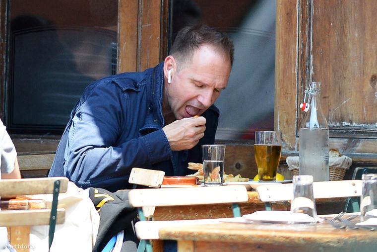 Amint az látszik, az 55 éves színész nem csak úgy simán eszik, hisz az exkluzív fotósorozaton is jól látszik, hogy az úgynevezett tunkolás zajlik éppen.