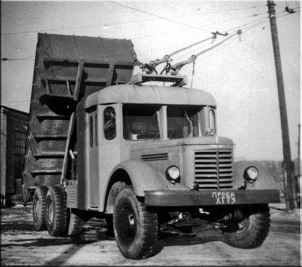 Már megint az oroszok: trolivonalon potyázó teherautó
