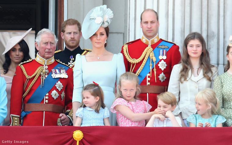Bár most igazából a királynő másik dédunokája, Savannah Phillips, kicsit ellopta előle a show-t azzal, hogy ilyen kiválósan mémesíthető arckifejezéssel befogta a száját.