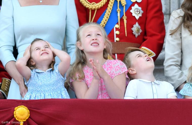 Biztos legalább olyan izgi ez, mint egy budapesti Air Race.Érdekesség egyébként, hogy a Hello magazin információi szerint Katalin és Vilmos harmadik gyermeke, Lajos herceg is jelen volt az eseményen, de fiatal korára való tekintettel (áprilisban született) nem kellett az erkélyes ceremónián részt vennie, hanem az épületben, a dadusával várhatta a bemutató végét.