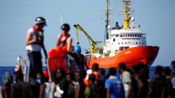 Több száz menekült rekedt egy hajón, aminek senki nem ad kikötési engedélyt