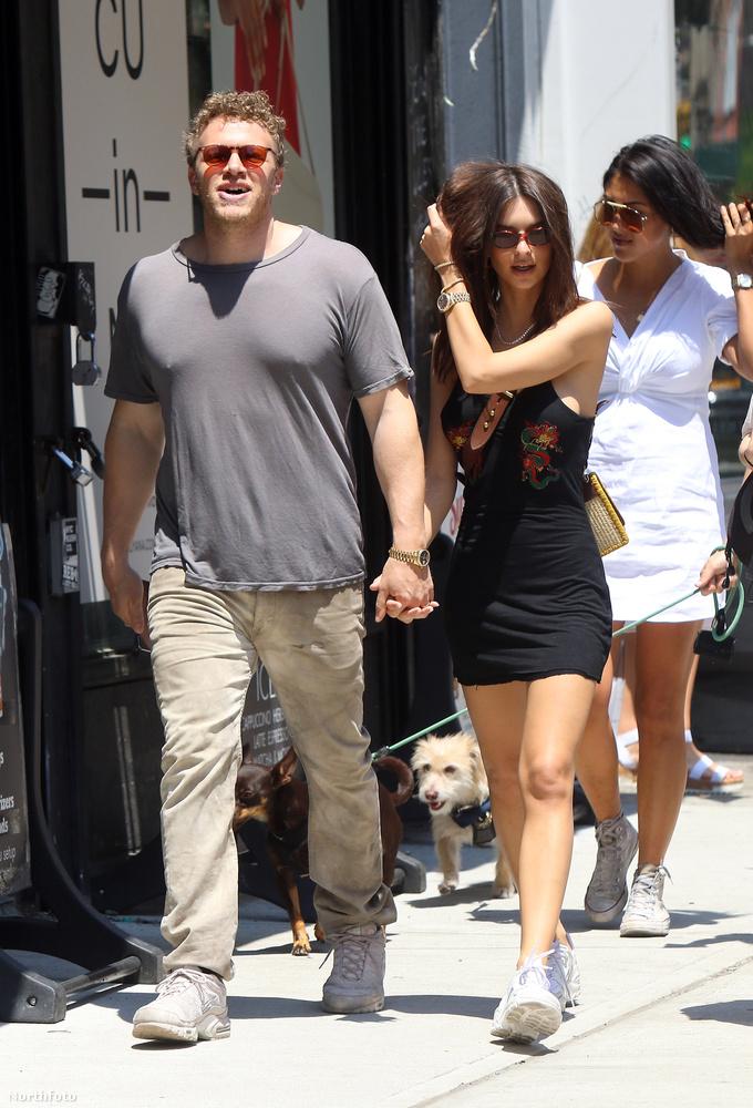 Emily ratajkowski és Sebastian Bear-McClard egymás kezét fogva sétálnak.