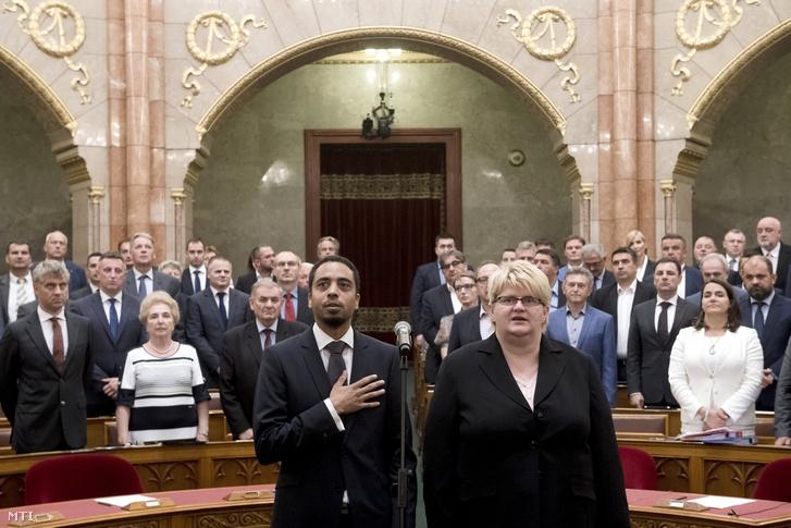 Kocsis-Cake Olivio a Párbeszéd Magyarországért és Hohn Krisztina a Lehet Más a Politika képviselője esküt tesz az Országgyűlés plenáris ülésén 2018. június 11-én