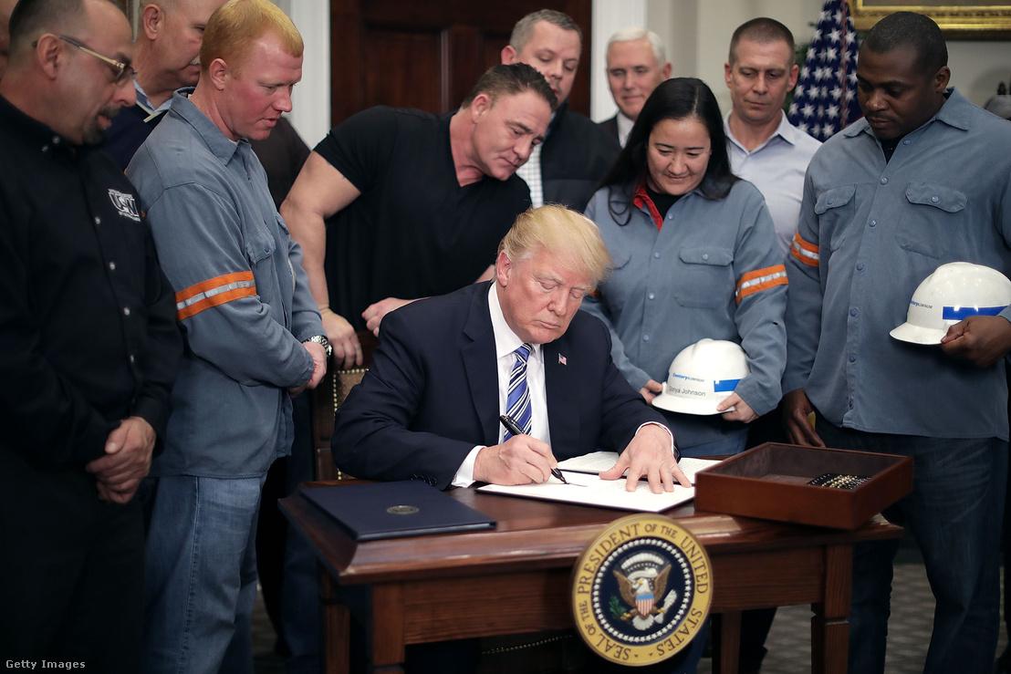 Trump aláírja a védővámokról szóló döntést 2018 március 8-án.
