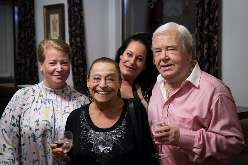 Gálvölgyi János feleségével és két lányával.
